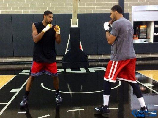 鄧肯和艾爾斯訓訓練館變搏擊俱樂部玩拳擊對決