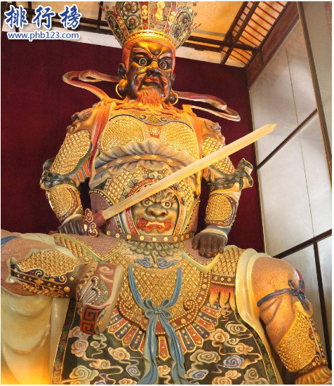 導語:中國古代都信奉佛教,所以我們大部分人都去過寺廟看到過一些神佛,最熟悉的可能是觀音和財神爺等那么大家可能不太熟悉佛教中的魔家四將,今天TOP10排行榜網整理了魔家四將的相關資料,一起來看看。  魔家四將簡介:根據西遊記和封神演義的記載這四大天王的身份很卑微在天庭裡面是靈山大門的守護者,也就是現代的保全的身份,我們在西遊記裡面有看到這四大天王曾在孫悟空打鬧天宮的時候被打的落花流水。  魔家四將:東方持國天王、南方增長天王、西方廣目天王、北方多聞天王  四、北方多聞天王  多聞天王又稱魔禮紅,手中拿著混元珠傘這把傘上有夜明珠、碧水珠、九曲珠等10種珍貴寶石穿成四個大字裝載乾坤,據說這把傘是不能打開的,打開了會導致乾坤晃動下起暴雨。  多聞天王是佛教中的人物,在印度的史書上有記載它是婆羅門教中的天神。全身是綠色的穿著甲冑右手拿著傘手裡拿著吐寶鼠據說是用來消除妖魔鬼怪,賜予眾生各種財務解救貧困百姓。  三、西方廣目天王  廣目天王又稱魔禮壽,是魔家四將,在佛教中梵名毗留博叉身子是紅色的穿著甲冑,手中纏繞著一條龍住須彌山琉璃埠。是一個執法者的身份,在西遊記裡面有記載這個神話人物。據說它的法眼可以觀察大千世界,看到有人不信奉佛教就要將那些人抓起來,讓他們都皈依佛門。  二、南方增長天王  增長天王又稱魔禮青,在佛教中梵名毗流馱迦,身子是青色的穿著甲冑手裡拿著青鋒寶劍保護佛教禮法不受侵犯,據說這把寶劍可以增長智慧和祛除煩惱。保護眾生一起遵守佛法是中國大乘佛教三十三天中的尊王之一。  一、東方持國天王  持國天王又稱魔禮海,和魔禮紅、魔禮壽、魔禮青並稱為魔家四將,主要掌握的是風調雨順。在佛教中的梵名提多羅吒,身子是白色的穿著甲冑手裡拿著琵琶,保護眾生和國土,寓意是事情不能操之過急要恰到好處才能最後圓滿。是二十諸天中的第四大天王。在封神演義長手裡面是一根槍背上是琵琶,琵琶上面的四根弦象徵著地、水、火、風等四相。  結語:以上就是TOP10排行榜網小編盤點的魔家四將,這些都是神話中的四大天王在西遊記和封神演義上有記載,我們在寺廟裡面也會看到這些佛像它們掌握著風調雨順。