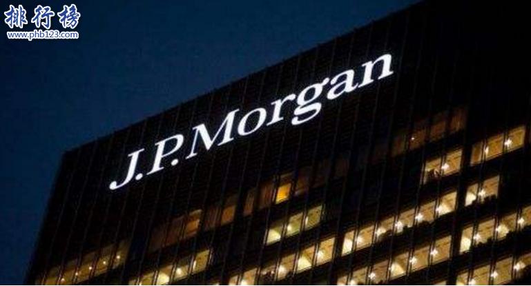 導語:銀行是個人和企業貸款、存款、證券投資管理等多項金融服務的地方。銀行的強大帶動全球經濟的快速發展,那么根據全球銀行品牌價值和最賺錢的企業排行榜數據TOP10排行榜網小編整理了一份世界四大銀行的排名介紹,一起來了解一下。  世界四大銀行:中國工商銀行、摩根大通銀行、中國建設銀行、美國銀行  四、美國銀行  成立時間:1784年  總部地址:灣布萊恩公園大廈  中國區總部:上海市浦東新區陸家嘴  官網:https://www.bankofamerica.coma  美國銀行前身是1784年的麻薩諸塞州銀行,2008年更名為美國美洲銀行。主要經營的業務有零售銀行業務、國際業務、旅行支票、證券、國內外信貸等金融服務,主要服務群體有中小型企業以及個人,在全球有5700個銀行辦事處,2005年收購了美信銀行,之後又擴大業務到保險業務,網上銀行、電子銀行、信用卡等業務有自己的人力資源中心為公司提供專業人才,強大的管理團隊不斷的創新成為世界四大銀行之一,在世界500強企業排名64名,2021年全球最賺錢的企業排行榜中排名19名。  二、中國建設銀行  董事長:田國立  成立時間:1954年10月1日  公司地址:北京金融大街25號  官網:https://www.ccb.com/  中國建設銀行成立於1954年是中央管理的一個大型國有銀行,主要經營的業務包括信貸資金貸款、儲蓄存款、外匯、住房貸款等業務在香港、東京、美國、澳大利亞、杜拜等18個全資子公司,擁有建信基金、人壽、租賃等金融服務,以及海外分行法蘭克福、印度尼西亞分行一共存款、貿易融資、外匯等服務曾獲的最具價值十大品牌獎、金牌人氣中資銀行等幾十個獎項,根據2021年的中國企業500強的數據顯示建設銀行排名第6名,2021年全球最賺錢的企業排行榜中建行排名第6位。  二、摩根大通銀行  成立時間:1799年  總部地址:美國紐約公園大道270號  官網:https://www.jpmorganchina.com.cn/  摩根大通銀行又稱小摩是美國一個大型的金融機構中心,是由大通曼哈頓銀行和J.P.摩根公司合併合成的,並且之後又收購了華盛頓互惠銀行、貝爾斯登銀行等銀行成為國際金融服務中最大的一家銀行,全球有60多個國家,主要的經營業務有貸款、證券、投資管理、基金等多項金融服務1920年就在中國上海開設了辦事處,另外在北京、廣州、成都、哈爾濱等7個城市有分行,摩根擁有業界最有影響力的投行人才,全球員工26萬。在2021年全球100強品牌摩根排名74名。  一、中國工商銀行  董事長:易會滿  成立時間:1984年1月1日  總部地址:北京復興門內大街55號  官網:https://www.icbc.com.cn/  說起工商銀行家喻戶曉無人不知,成立於1984年是一家央企也是世界四大銀行之一,擁有強大的客戶群體,在全球28個國家有46萬名員工,為2億個人客戶提供優質的金融服務,在國內有22000個營業點,在香港、澳門、日本、韓國、法國、巴西、義大利等200多家海外機構,而且還與大概1500家銀行建議了代理關係,形成了跨5大洲的全球金融服務集團。主要經營業務有銀行卡、投資資產管理、理睬、代理銷售、收費繳費等多項服務。2021年全球銀行品牌價值500強排行榜數據顯示中國工商銀行排名第一,品牌價值達591.89億美元。  結語:以上就是TOP10排行榜網小編為大家整理的世界四大銀行資料,其中中國有兩大銀行上榜,中國工商銀行位居榜首品牌價值達591.89億美元,成為全世界最厲害的一個銀行。