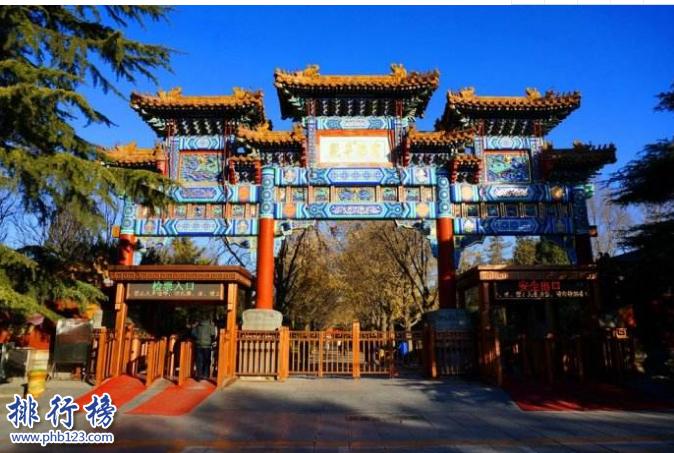 """導語:北京是中國歷史文化名城那裡有很多古文化遺蹟,一些知名的古人的住所富麗堂皇擁有濃郁的古文化氣息和歷史底蘊,今天TOP10排行榜網小編為大家整理了北京十大超級豪宅,真的是超級豪華一起來看看。  北京十大超級豪宅  1.恭王府  2.雍親王府  3.慶親王府  4.禮親王府  5.孚郡王府  6.醇親王府  7.睿親王府  8.淳親王府  9.鄭親王府  10.濤貝勒府  十、濤貝勒府  濤貝勒府是康熙的第15個兒子愉郡王居住的愉王府,在光緒28年醇親王奕譞的第7個孩子過繼給鍾郡王奕詥然後搬到愉王府居住所以改名為濤貝勒府。這裡的建築古典樸素至今還保留這清代宮廷的長廊、樓庭以及假山等。  九、鄭親王府  鄭親王府位於北京大木倉胡同是清朝努爾哈赤的弟弟舒爾哈齊的第六個兒子濟爾哈朗的居住場所,他是清朝的功臣也是唯一被封為叔王封號的人物,乾隆皇帝為他修建園林成為北京所有王府中最好的一個住所,至今還保留著正殿、正門、正寢、配樓等古建築群體看上去依然氣勢恢宏。  八、淳親王府  淳親王府位於北京東城區是康熙皇帝的第七個兒子的王府,當時他被封為淳親王然後就修建了淳親王府,王府內還保留著當時的一些綠色琉璃瓦以及一些古建築群體其實磅礴在北京十大超級豪宅中淳親王府代表著清代王府的典型布局形式。  七、睿親王府  睿親王府是清太祖努爾哈赤第十四子多爾袞的王府,他的住所建築十分奢華規模龐大房間就有500間另外還有銀安殿、二道門、神庫、安福堂等古文化建築有點像一個迷你版的紫禁城裡面有花園、宗祠、戲台等。  六、醇親王府  醇親王府曾是康熙大學士納蘭明珠的宅院,是規模最龐大的一個王府1872年醇親王奕譞居住在這裡成了這裡的主人,醇親王府曾出過兩個皇帝一個是光緒皇帝另外一個是宣統皇帝可想而知這裡的建築群體是多么的富麗堂皇。  五、孚郡王府  孚郡王府曾是十三爺胤祥的怡親王府後來鹹豐皇帝賜給6歲的九第的一個府邸,1864年改名為孚王府因為他是皇帝的第9個兒子所以也叫九爺府。當時雍正皇帝在位期間只有十三爺胤祥支持他於是就為他修建了這座宅院。  四、禮親王府  禮親王府位於北京西黃城根南街7號這裡曾是明代皇帝的私家住宅,這裡曾是和碩禮親王的住宅這裡的房子很多裡面保存了很多古時候的建築在北京十大超級豪宅中的等級是最高的總占地面積約30公頃。  三、慶親王府  慶親王府位於北京西城區定阜街西部路這裡是清代慶親王的府邸,當時他是王府中的首富掌握朝政大權,因為因賣官、招權納賄收藏了很多名貴的珠寶,同時這裡也是乾隆帝的臣子和珅的舊宅這個宅子十分豪氣。  二、雍親王府  雍親王府是康熙皇帝的府邸這裡曾是兩位皇帝的府邸,建築氣勢磅礴主要是那種黃色琉璃瓦富有濃厚的古典氣息和紫禁城皇宮一樣的金碧輝煌另外這裡還修建了佛教寺廟成為清朝佛教中心也是規格最高的一座寺廟。  一、恭王府  恭王府是清代時期最大的一座王府這裡大部分建築都是富麗堂皇的後半部是秀麗的古典私家園林總占地面積約6萬平方米,這裡還修建了一個藏寶樓總共有兩層108個房間放滿了古時候的珠寶富可敵國,另外還有西洋門、康熙御筆""""福""""字碑和室內大戲樓等著名建築是北京十大豪宅中最豪華的一個王府。  結語:以上就是TOP10排行榜網小編為大家盤點的北京十大超級豪宅,這些王府曾是皇帝和皇子的王府至今保存完好,建築古典氣息濃郁文化源遠流長。"""