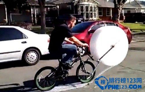 擠泡泡紙的腳踏車