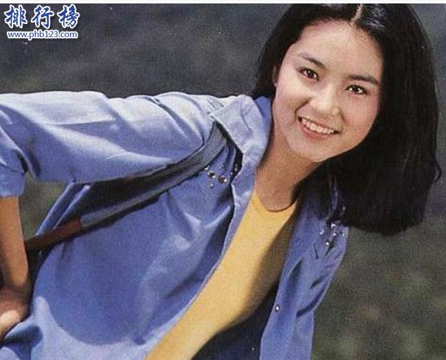 導語:香港總共舉辦過兩次四大絕色的評選活動1999年的時候經過香港所有市民評選的四大絕色分別是張國榮、林青霞、李嘉欣、朱玲玲等在2000年的時候又舉辦第二次香港四大絕色評選活動入選的有張國榮、林青霞、李嘉欣、關之琳等張國榮現在在兩次四大絕色評選活動中力壓眾美女獲得榜首這是一個讓香港所有人都意想不到的事兒。  香港四大絕色:張國榮、林青霞、李嘉欣、關之琳  四、關之琳  關之琳是香港知名的絕色美女,她的顏值很高五官精緻,皮膚非常好而且還比較有氣質。整個香港娛樂圈以白為美喜歡那種自然的美女,她最吸引人的地方時那烏黑的頭髮雪白的肌膚琥珀色眼眸成為娛樂圈中比較出眾的美女。  三、李嘉欣  李嘉欣的美很驚艷,五官那么的精緻一出場估計迷倒不少男子是香港四大絕色之一。據說她是中葡混血怪不得長得這么還看,如果說要在她的容貌上面找茬真的很難,她一出場就是很普通人不一樣的氣質沒出來新高度。  二、林青霞  林青霞是香港娛樂圈的常勝將軍,她五官精緻,天生麗質。她是一個完美主義者減肥、美白、化妝等自我提升給自己加了不少分另外在演技上面也是力壓無數女明星成為很多人喜歡的女明星。  一、張國榮  影視代表作品:《英雄本色》《倩女幽魂》《花田喜事》《金枝玉葉2》《槍王》  香港娛樂圈長得好看的人非常多,但是張國榮屬於精緻型的了,他眉目清秀氣質不凡看上去那么的自信性感曾獲得無數個獎項在香港十大靚人評選和四大絕色評選中他位居榜首超過了那么多的男女明星。不管是在音樂上還是影視作品上他都有很大的成就影響著亞洲整個演藝界。  張國榮的美是那種第一眼看上去就很驚艷的男明星,五官十分精緻耐看能被選為四大絕色之首當之無愧!他一生主演過8部電影入選的作品位居多有華人之首被評選為中國電影最喜愛的男演員。張國榮到底有多紅我只能用兩個詞來形容那就是傳奇和神話,他不曾離開一直都在所有影迷和冬粉的心裡。  結語:以上就是TOP10排行榜網小編為大家盤點的香港四大絕色之首,張國榮位居榜首力壓無數男女明星成為香港娛樂圈的風雲人物。