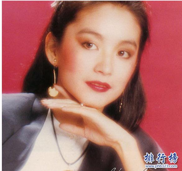 導語:在香港娛樂圈出現很多大美女,她們五官精緻,氣質不凡被人們稱為花瓶。她們帶個我們很多優秀的影視作品受到觀眾的喜歡和追捧,想知道是哪幾位嗎?今天TOP10排行榜網小編盤點了九十年代香港四大美女一起來看看。  九十年代香港四大美女:林青霞、張曼玉、王祖賢、黎姿  四、黎姿  黎姿香港著名的女演員,歌手。1985年出道進入演藝圈參演了很多知名的電影和電視劇其中包括倚天屠龍記、勝者為王、珠光寶氣等多部優秀的影視作品。她明艷動人,五官精緻好看是一個全能型的藝人不僅會唱歌、還是一個優秀的女演員。她的作品受到很多朋友的喜歡和追捧,她前幾年退出娛樂圈回歸家庭生活的很幸福。  三、王祖賢  王祖賢著名的歌手演員。她長得天生麗質,貌美如花,很有古典氣質,是九十年代香港四大美女之一。1984年出道在香港影視界發展憑藉倩女幽魂中的小倩這個角色被觀眾所熟知成為當時的紅人。獲得金像獎最佳女主角獎。她的美很大氣就像小仙女下凡一樣非常的夢幻,那么的自然和純真。  二、張曼玉  張曼玉知名的音樂人、演員等1983年出道進入影視界參演了很多優秀的電影作品包括花樣年華、甜蜜蜜、新龍門客棧等經典作品獲得最佳女演員、最佳女主角、最受歡迎女演員等多個獎項。她的演技受到很多觀眾的認可和喜歡她的美麗是毫無靈魂的美麗,有人說她就像仙女下梵谷貴而有有氣質。她的前半生都是優雅的,後半生是叛逆的不論怎樣她都是大家心目中的女神。  一、林青霞  林青霞是香港知名的女演員,1973年出道進入演藝圈參演了笑傲江湖之東方不敗、窗外、滾滾紅塵等多部優秀的影視作品曾獲的金馬獎最佳女主角獎,她出演的東方不敗這個人物深受觀眾的喜歡,好像是為她量身打造的,至今無人能超越。2015年為了做慈善參加了偶像來了節目我們看到一個非常高貴氣質不凡的大美女,還是那么的驚艷動人。  結語:以上就是TOP10排行榜網小編為大家盤點的九十年代香港四大美女,她們曾經帶給我們很多經典的影視作品,雖然現在很少在娛樂圈看到她們的身影,漸漸的回歸家庭但是她們依然是大家心中的女神。