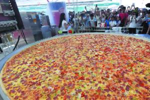 世界最大披薩出爐 創吉尼斯紀錄