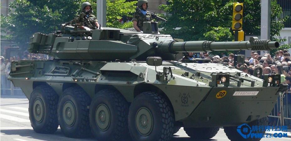 速度快機動性強作戰半徑大全天候作戰可以說這是它的優點,在巷戰和城市作戰中它絕對是首選,美國的作戰部隊從海灣戰爭到現在絕大多數用的都是輪式裝甲車,裡面的配置也是越來越先進,不光有先進的通訊系統和偵查系統!還有就是在伊拉克戰中他們的輪式裝甲車還配置了一種可以通過高科技手段來辨別敵方射擊人員射擊時的方向和位置!從而能快速的找到敵人並與之消滅敵人保存自己,可是說現在的武裝裝甲車那是越來越先進!而且作用也越來越大。