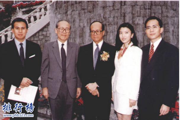 導語:香港是一個繁華的大都市那裡有很多知名的企業家其中包括李嘉誠、郭得勝、鄭裕彤、李兆基等這些家族實力雄厚資產千億成為外界所關注的對象,今天TOP10排行榜網小編為大家盤點了七十年代香港四大家族介紹,一起來看看他們的成就吧!  七十年代香港四大家族  1.李嘉誠家族  2.郭得勝家族  3.鄭裕彤家族  4.李兆基家族  四、李兆基家族  李兆基是恒基兆業地產有限公司的創始人及董事長,家庭成員有他的兒子李家傑以及二兒子李家誠等這個家族主要是從事房地產項目開發以及商務樓、酒店等產業另外還經營了能源產業是香港那邊供暖天然氣的供應商在2019年福布斯富豪排行榜中李兆基家族排名第二位。  三、鄭裕彤家族  鄭裕彤家族是香港的房地產商之一另外還經營著周大生珠寶以及恒生銀行等多個領域投資,家庭成員有長子鄭家純和二兒子鄭家成等整個家族龐大涉及的領域有珠寶業、酒店、物流、金融等多項投資是七十年代香港四大家族之一他一生最大的成就是創立了新世界集團。  二、郭得勝家族  郭得勝是香港知名的新鴻基地地產創始人,在七十年代香港四大家族中是擁有香港最大地產的一個家族,也是最多土地的一個集團,他們開發的最知名的樓盤是香港摩天大樓另外家族還投資了巴士公司,他有3個兒子分別是郭炳聯、郭炳湘和郭炳江等但是不幸的是郭炳江及郭炳聯因為貪污被捕。  一、李嘉誠家族  李嘉誠是中國家喻戶曉的知名人物,家族成員有兒子李澤鉅和李澤楷等整個家族旗下的產業和記黃埔集團、香港電燈集團、長江實業集團等另外還投資了房地產、酒店、零售、能源、媒體等多個領域在兩個兒子的幫助下不斷的發展壯大成為香港界的風雲人物,整個家族的代名詞是香港首富、富豪等。  結語:以上就是TOP10排行榜網小編為大家盤點的七十年代香港四大家族,這些家族產業眾多成為當時香港界的風雲人物。他們身上的很多優點是值得我們學習的。