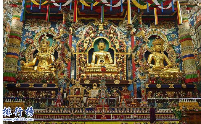 導語:佛教至今已經有2000多年的歷史了剛開始是由古印度王子喬達摩·悉達多創立的,他屬於釋迦族所以又被稱為釋迦牟尼,現在西方國家普遍認為印度是佛教的起源之地。根據《聖地咱日山秘籍》的記載TOP10排行榜網小編為大家盤點了世界佛教二十四聖地,一起來看看吧!  世界佛教二十四聖地  1.五台山  2.印度的金剛座  3.卡瓦雪山  4.西藏長壽山  5.布達拉  6.雜日山  7.岡底斯山  8.峨眉山  9.藏地十三女護法  10.印度咱曲忠  11.就俄作青東讓  12.三座怙主雪山  13.瑪鄉崗山  14.九峰金剛山  15.平波忠昂  16.印度瑪日七兄弟  17.北部下游的平青奔巴  18.山南雅拉香波  19.崗波甲拉達波  20.日堆龍楚朴扎堆  21.是頭革美日  22.內地雞足山  23.日夏崗奔巴  24.衛藏四翼  古印度二十四境  1.布利若馬來亞  2.熱買哈日  3.札蘭達熱  4.阿熱烏達  5.郭達瓦日  6.窩支亞那  7.戴維郭底日  8.馬拿瓦  9.嘎對瑪如巴  10.敦薩拉  11.底日廈古勤  12.窩底日  13.嘎陵迦  14.蘭巴嘎  15.甘滋  16.希馬拉威  17.白熱達  18.吉利哈代瓦達  19.索熱卡熱  20.蘇宛那底巴  21.那格熱  22.信度  23.姑魯達  24.瑪如  據說這24境是密宗本尊勝樂金剛行化之處為於須彌山的中間有的在天上有的在人間摩羯陀國。這些屬於神話中的天龍鬼怪的世界,金剛教化眾生以法力來跟他們講密經讓他們皈依佛門。  附藏傳佛教二十四聖地  1.扎什倫布寺  2.薩迦寺  3.白居寺  4.雍和宮  5.絨布寺  6.甘丹寺  7.桑耶寺  8.夏魯寺  9.文都寺  10.吾屯下寺  11.孝登寺  12.布久喇嘛林  13.夏炎寺  14.托林寺  15.熱振寺  16.納木錯  17.塔爾寺  18.大昭寺  19.布達拉宮  20.雍布拉康  21.昌珠寺  22.八蚌寺  23.隆德寺  24.岡仁波齊峰  結語:以上就是TOP10排行榜網小編為大家盤點的世界佛教二十四聖地,小編附加整理了另外2個佛教聖地古印度二十四境和藏傳佛教二十四聖地僅供大家參考。
